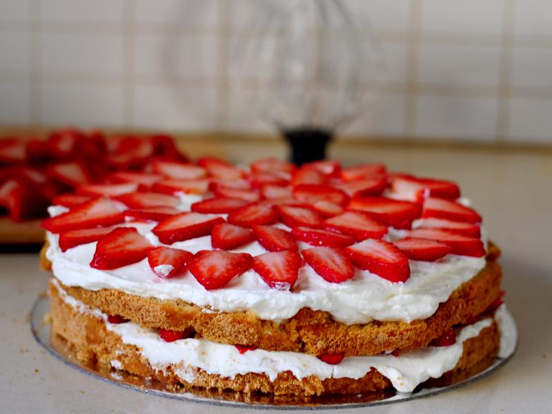 Gâteau d'anniversaire aux fraises et crème fouettée5