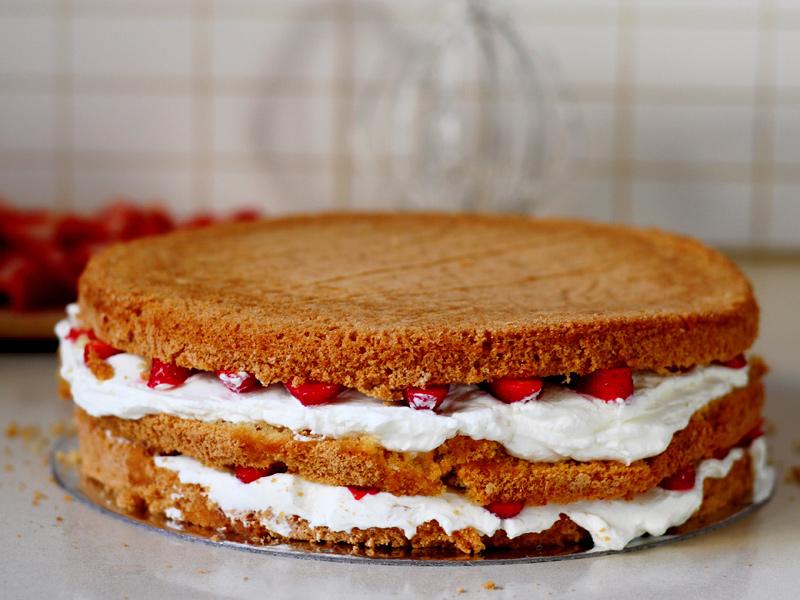 Gâteau d'anniversaire aux fraises et crème fouettée6