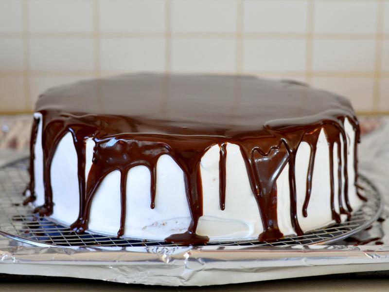 Gâteau d'anniversaire aux fraises et crème fouettée8