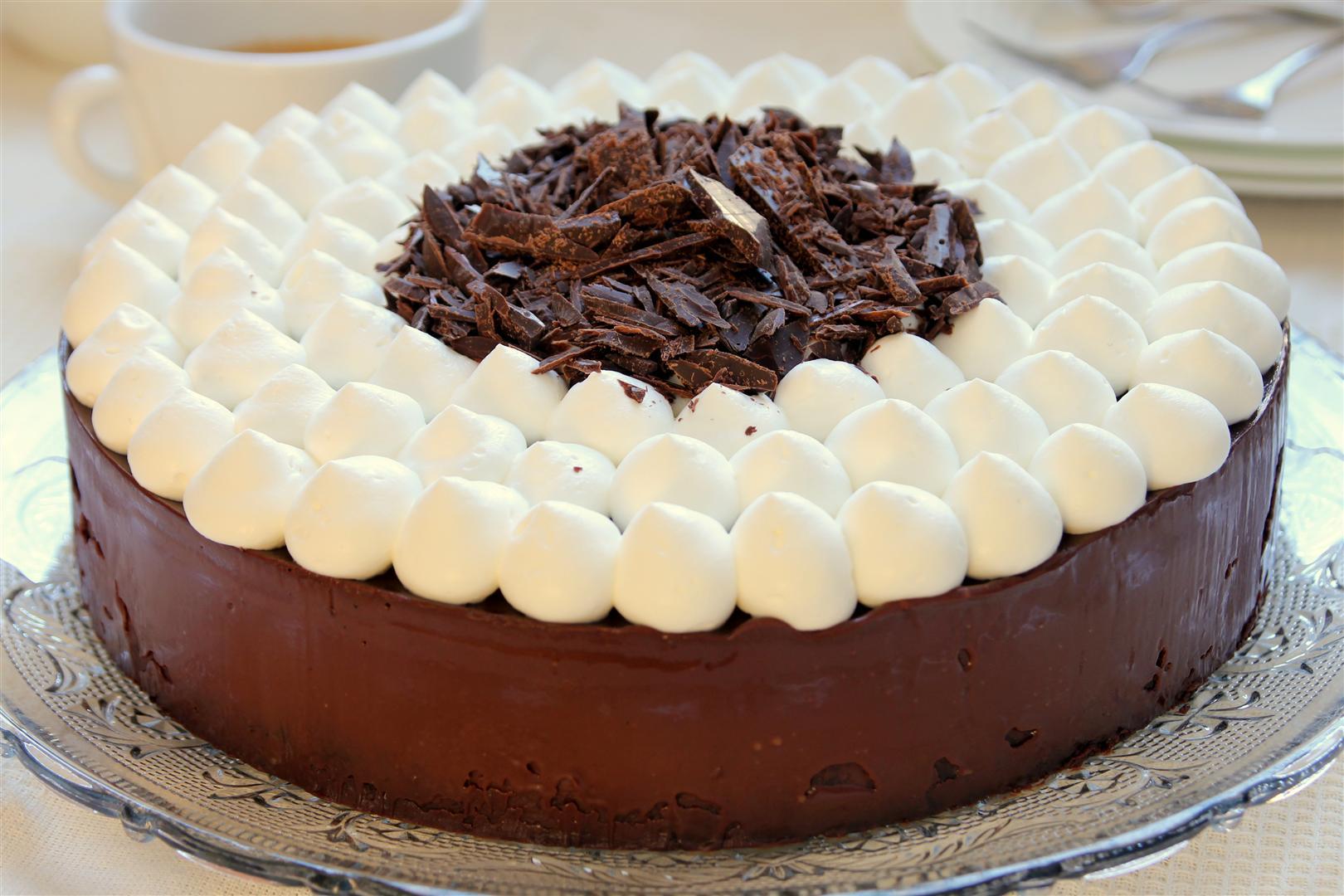 Gâteau au chocolat rapide avec des nuages de crème fouettée1